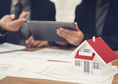 Reclamación de cantidades entregadas a cuenta de vivienda futura contra la empresa promotora, el administrador y el banco.