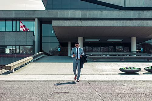 Asesoramiento a un franquiciador en la recompra de más de 40 establecimientos franquiciados de su propia red de franquicia en España, Italia y Alemania, realizando las due diligence legal, fiscal y laboral, asistiendo en la negociación de las condiciones de compra y confeccionando los contratos de compraventa.